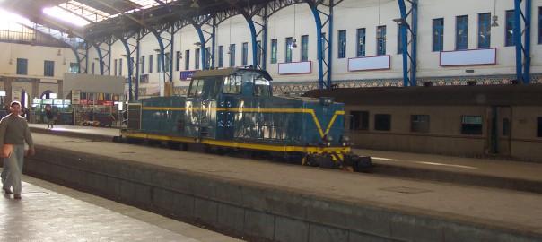 маневровый локомотив на вокзале в Каире