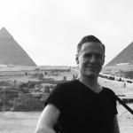 Брайан Адамс получил автограф от таможенников Каира